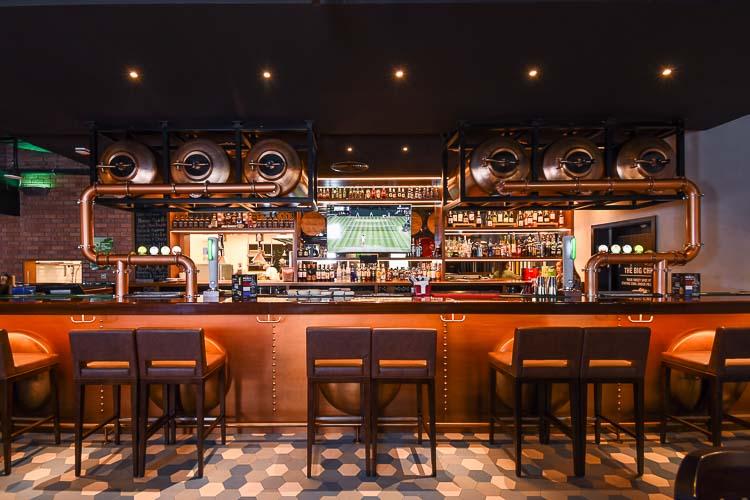 Bar serving alcohol in 3 star hotel in Dubai