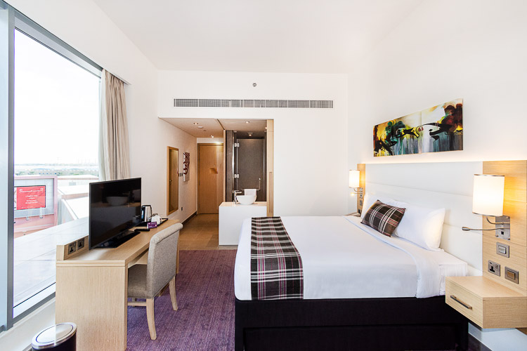 3 star hotel room in Dubai with double bed and bathroom