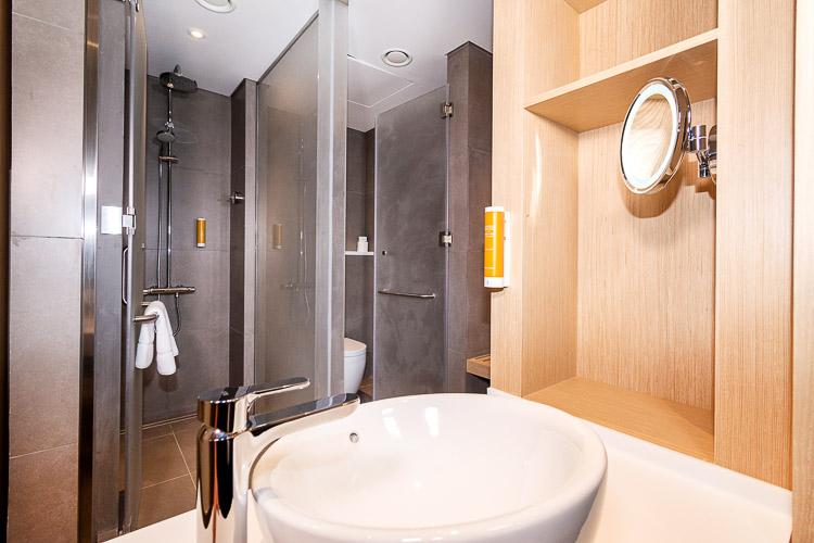 Bathroom with enclosed shower in a 3 star hotel in Dubai Dragon Mart