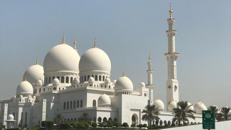 Grand Mosque in Abu Dhabi close to Premier Inn hotels in Abu Dhabi